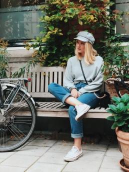 Já ráda sedím na lavičkách a fotím se u toho